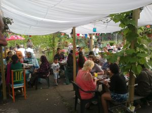 eten in de pluktuin 2 aug. 2014 029
