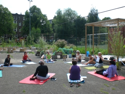 yoga workshop en eten in de tuin 2012 059
